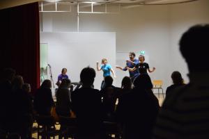 Kallio, sakset, paperi -improryhmä Helsingin aikuisopistosta laittoi yleisönkin liikkeelle.