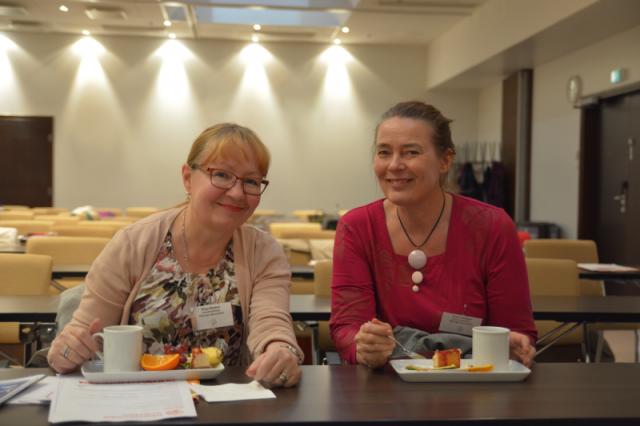 Helsingin aikuisopiston väki nautti iltapäiväkahvista seminaaritilan puolella.