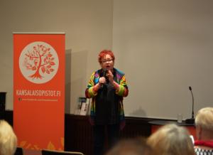 Komedienne Tuija Piepponen kävi jumppauttamassa yleisön vatsalihaksia.
