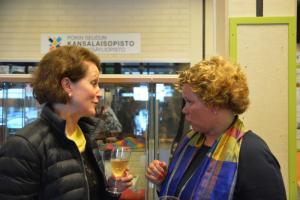 OAJ:n viestintäjohtaja Marja Puustinen ja KoL:n toiminnanjohtaja Jaana Nuottanen juttelevat KoL:n sidosryhmätilaisuudessa.