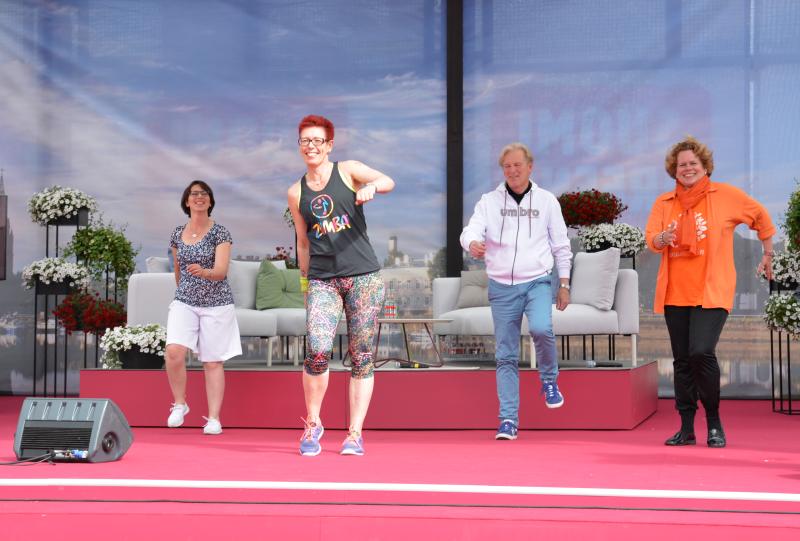 Haastoimme SuomiAreenassa myös poliitikkoja zumbaamaan. Kuvassa vasemmalta oikealle kansanedustaja Sari Essayah (kd.), zumbaohjaaja Tiina Kudjoi, Porin kaupunginvaltuutettu Ismo Läntinen (ps.) sekä KoL:n toiminnanjohtaja Jaana Nuottanen.