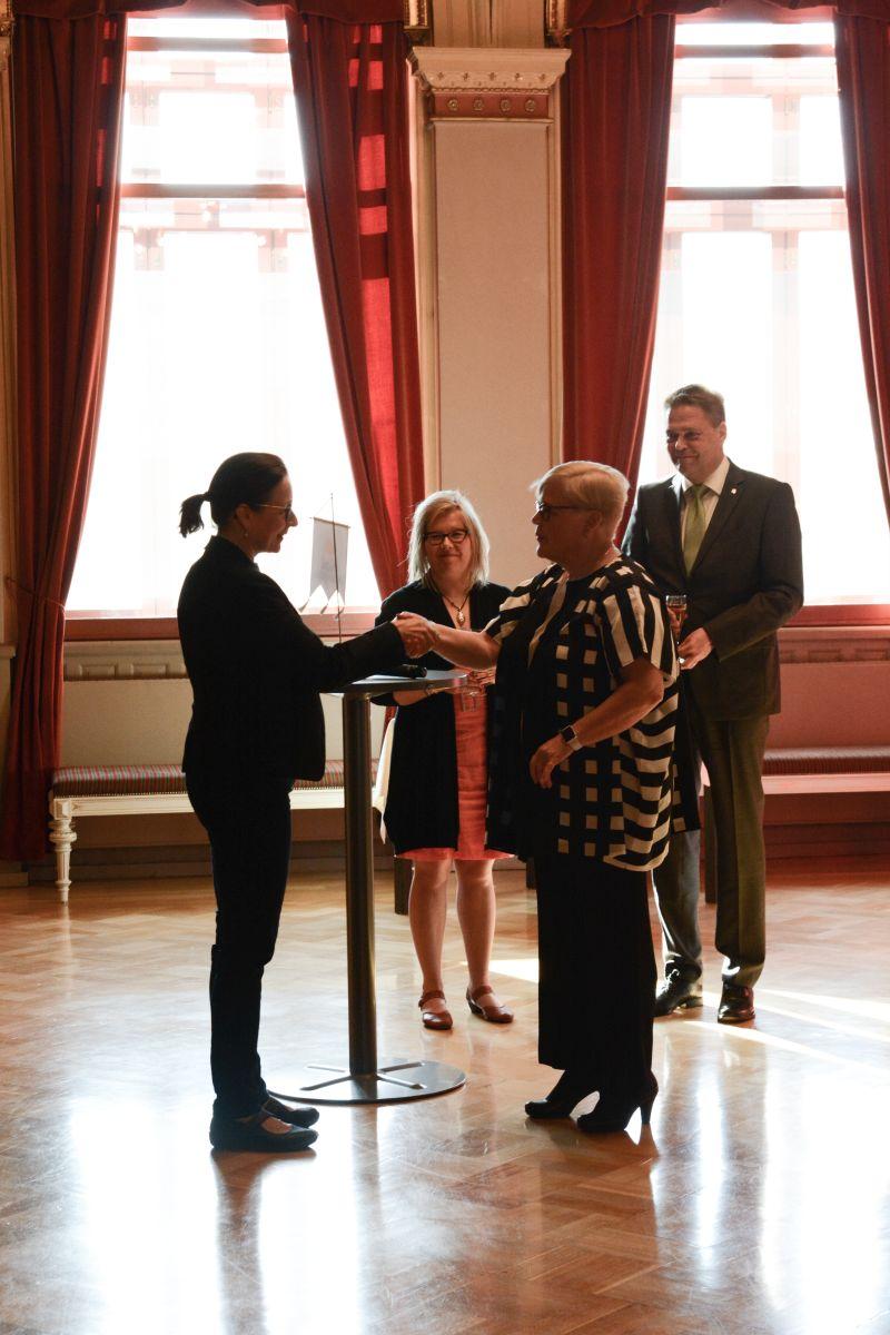 KoL:n puheenjohtaja Liisa Vornanen luovutti Oulun kaupungille Kansalaisopistojen liiton standaarin.