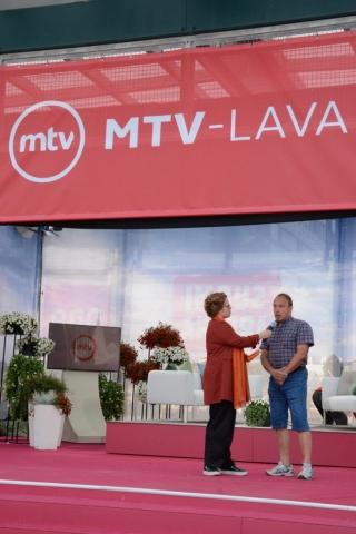 KoL:n toiminnanjohtaja Jaana Nuottanen haastatteli Porin seudun kansalaisopiston rehtori Jari Kaasista torivartissa MTV-lavalla opiston tarjoamista hyvinvointivaikutuksista porilaisille.