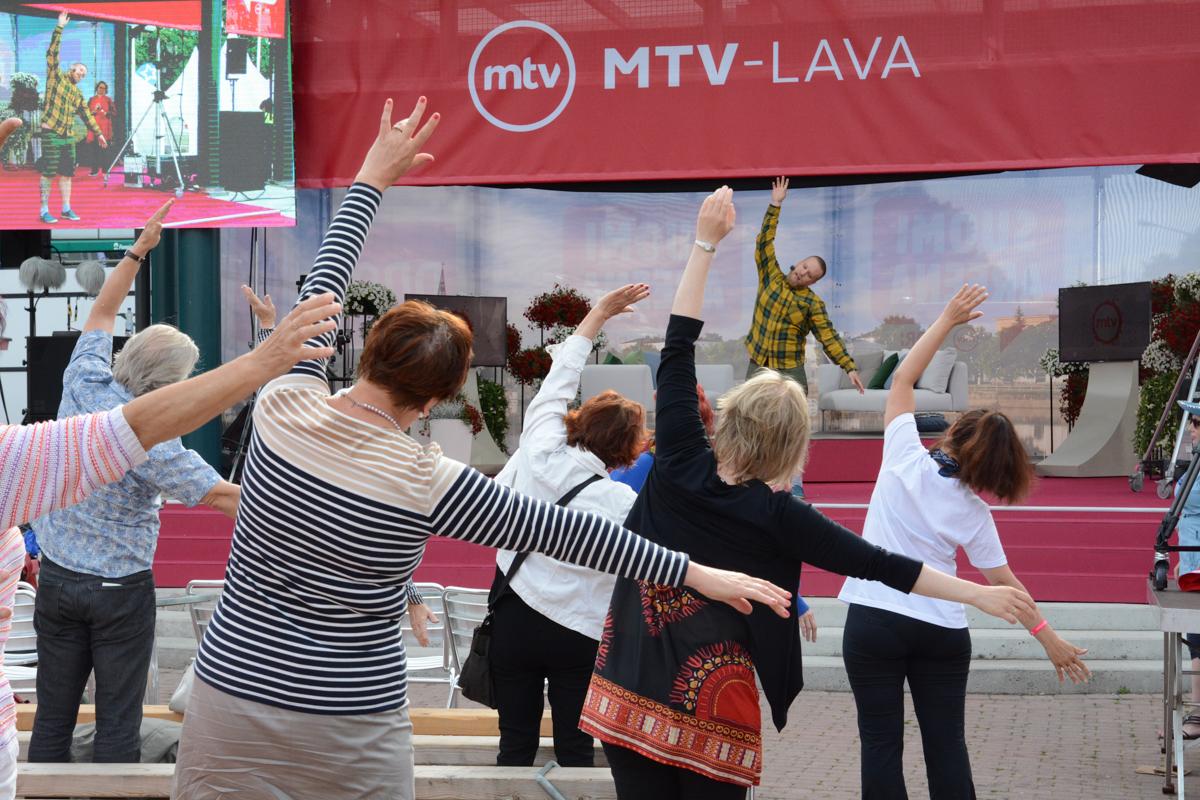 Porin joogayhdistys ry:n puheenjohtaja ja Porin seudun kansalaisopiston jooganopettaja Viljami Lehtonen käynnisti tiistaiaamun MTV-lavalla aamujoogatuokiolla.