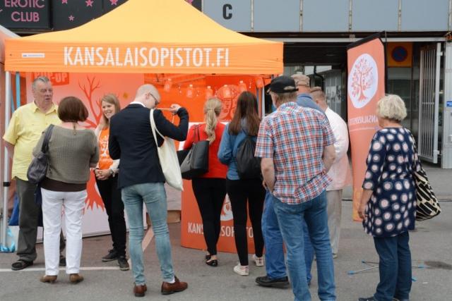 Kansalaisopistojen toripisteellä riitti vilinää. Torilla oli mahdollista tutustua sekä kansalaisopistoihin yleisesti että Otsolan kansalaisopiston ja Porin seudun kansalaisopiston toimintaan.
