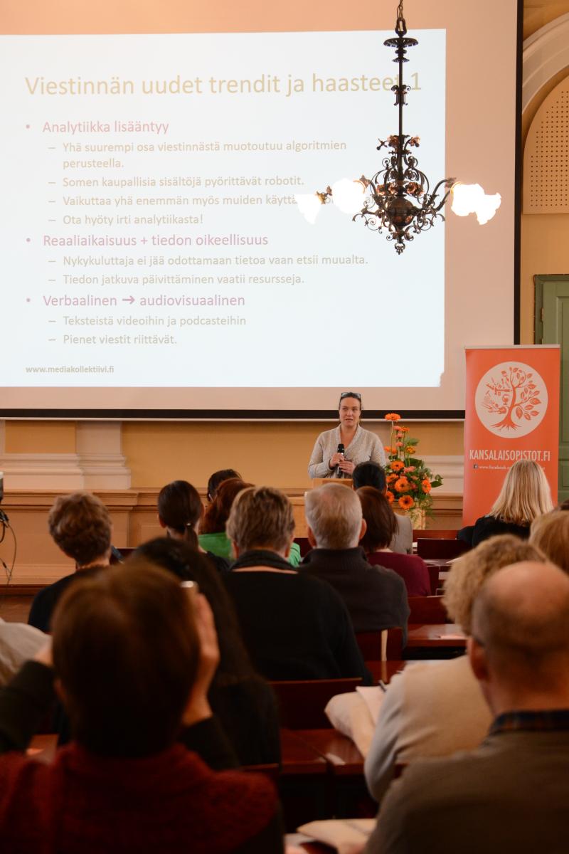 KTT Annamari Huovinen Osuuskunta Mediakollektiivista puhui viestinnän uusista haasteista ja nopeutuvasta tahdista.