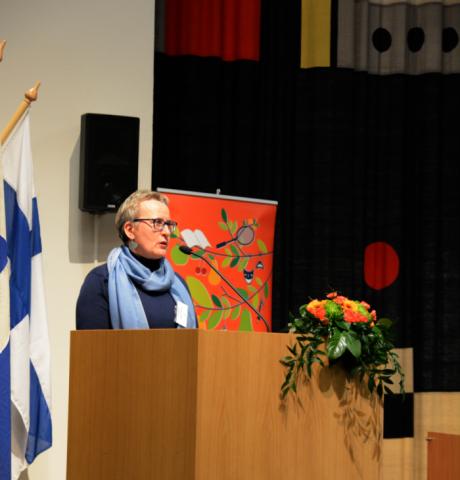 Helsingin työväenopiston rehtori Taina Saarinen toivotti seminaariväen tervetulleeksi.