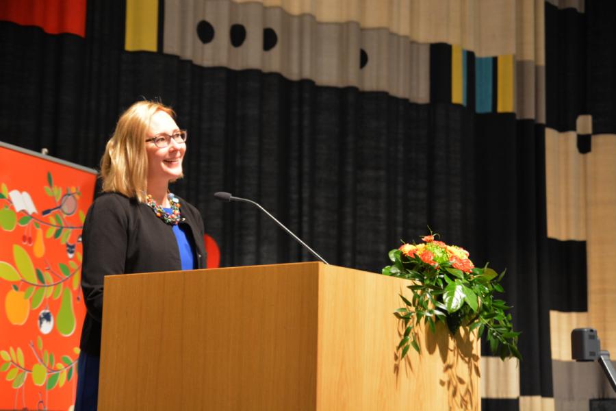 Ja taas mentiin! Perjantaiaamun avasi eduskunnan puhemies Maria Lohela, joka toi valtiovallan tervehdyksen seminaariväelle.