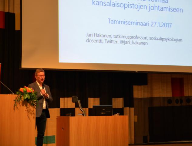 Työn tuunaamisesta ja palvelevasta johtamisesta puhui tutkimusprofessori Jari Hakanen Työterveyslaitokselta.