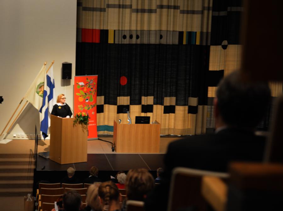 Sivistystoimen apulaiskaupunginjohtaja Ritva Viljanen toi Helsingin kaupungin tervehdyksen seminaariväelle.