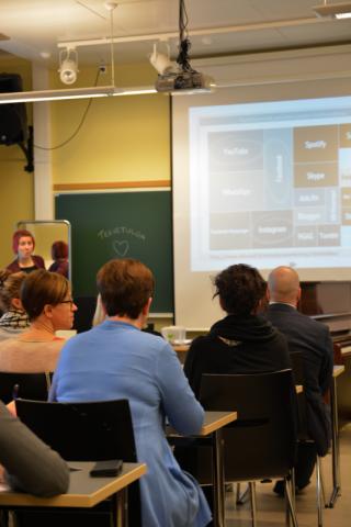 Perjantaiaamupäivänä työskenneltiin eri teemojen parissa työpajoissa. Markkinointityöpajassa puhui projektipäällikkö Elina Nissinen Espoon työväenopistosta.