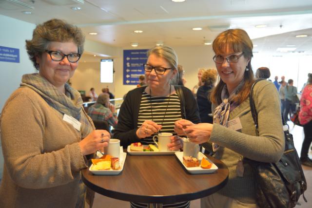 Kuopion kansalaisopiston väkeä kahvitauolla.