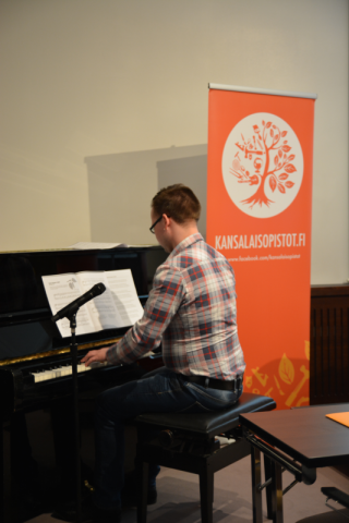 Lopuksi Rauman kansalaisopiston opistolaisyhdistyksen puheenjohtaja Jani Huhtala säesti yhteislaulua.