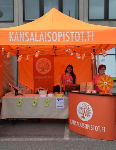Otsolan kansalaisopiston väkeä valmiina tapaamaan SuomiAreena-vieraita.