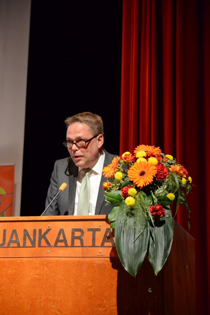 Lukiokoulutuksesta, vapaasta sivistystyöstä ja taiteen perusopetuksesta vastaava lukiojohtaja Pekka Fredriksson esitti Oulun kaupungin tervetuliaissanat.