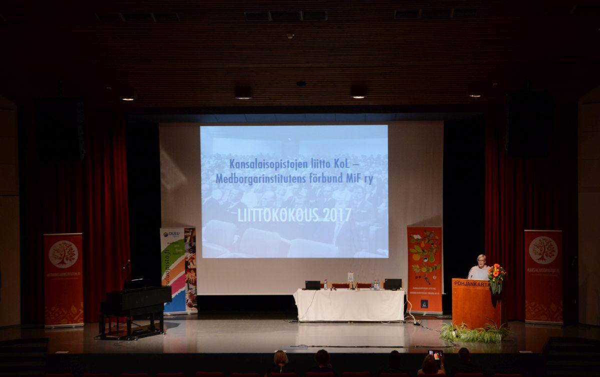Liittokokouksen avasi KoL:n puheenjohtaja Liisa Vornanen.