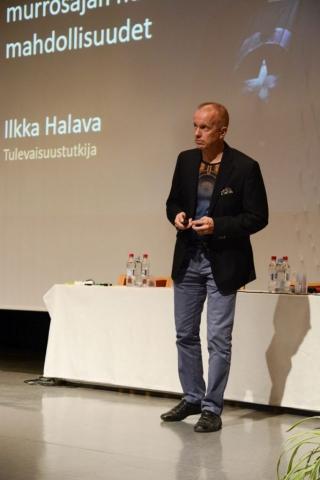 Tulevaisuustutkija Ilkka Halava herätteli seminaarissa ajatuksia kansalaisopistojen roolista tulevaisuuden oppimisessa.