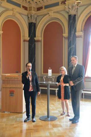 Oulun kaupungin vastaanottoa emännöivät johtaja Piia Rantala-Korhonen, Oulu-opiston rehtori Outi Lohi sekä lukiokoulutuksesta, vapaasta sivistystyöstä ja taiteen perusopetuksesta vastaava lukiojohtaja Pekka Fredriksson.