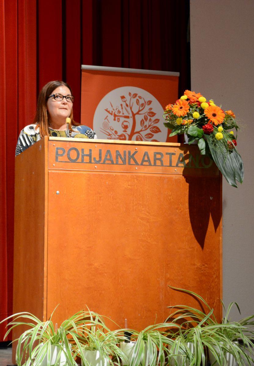 Ääniharava Tornion kansalaisopiston rehtori Tarja Hooli pitää kiitospuheenvuoroa vastavalitun hallituksen puolesta.