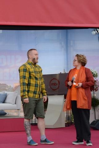 KoL:n toiminnanjohtaja Jaana Nuottanen sekä Porin joogayhdistys ry:n puheenjohtaja ja Porin seudun kansalaisopiston jooganopettaja Viljami Lehtonen keskustelivat kansalaisopiston liikunnanopetukseta MTV-lavalla.