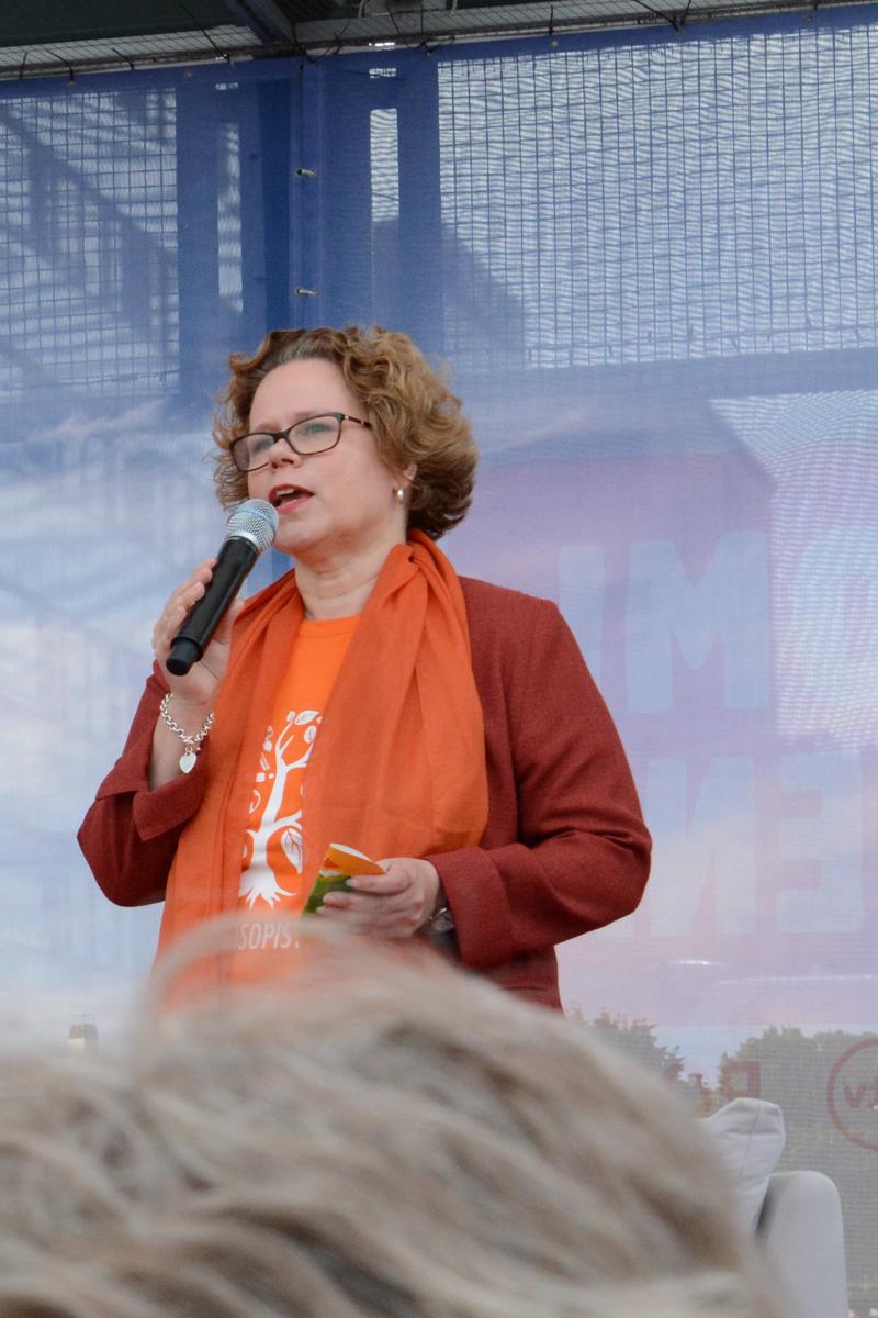 KoL:n toiminnanjohtaja Jaana Nuottanen usutti toriväkeä kansalaisopiston kursseille alkavana syksynä.