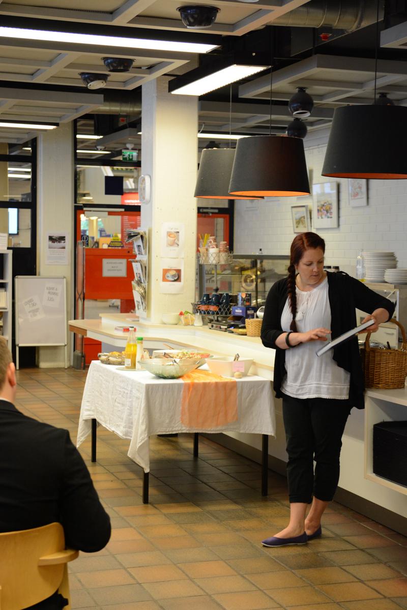 KoL:n sidosryhmätilaisuudessa Porin seudun kansalaisopiston 100-vuotishistoriateoksen tehnyt projektitutkija, FT Outi Kivimäki puhui kansalaisopistotoiminnan merkityksestä kautta aikain.