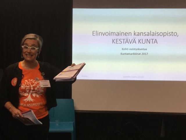 Tietoiskussaan KoL:n puheenjohtaja Sannasirkku Autio luonnehti kansalaisopistoa kunnan keuhkoiksi.