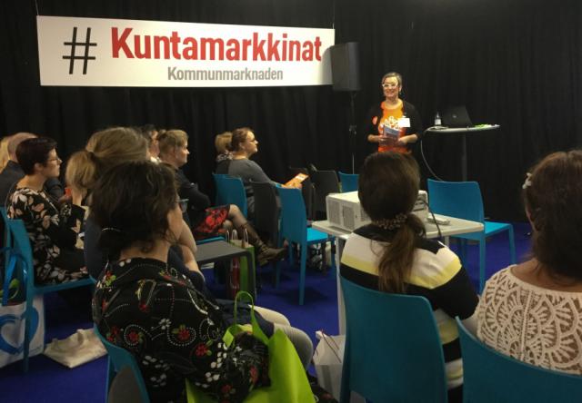 Liiton puheenjohtaja Sannasirkku Aution tietoisku kunnan elinvoimaisuudesta veti väkeä.