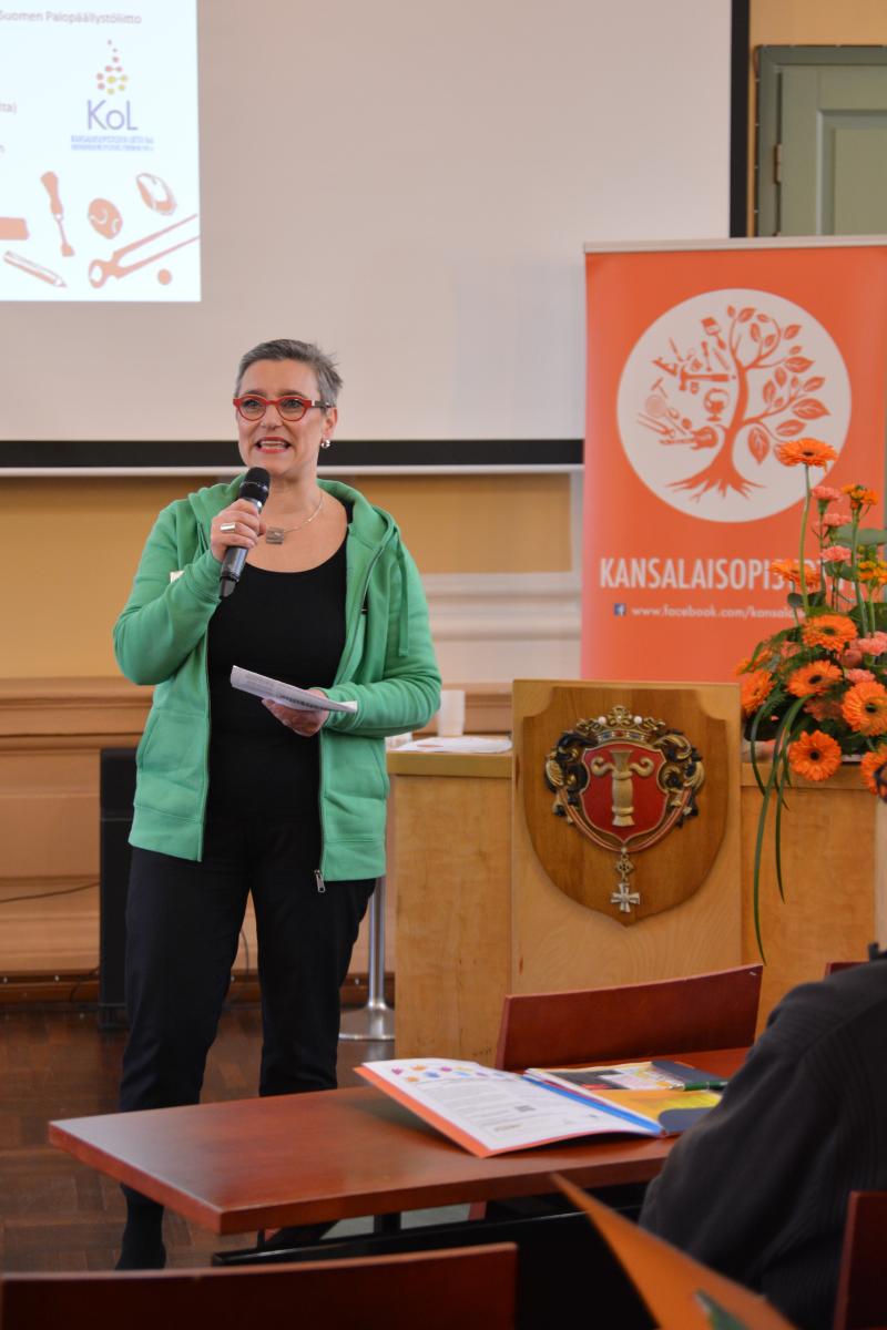 Tammiseminaarin avasi KoL:n puheenjohtaja ja Vaasan kaupungin opistojen johtava rehtori Sannasirkku Autio.