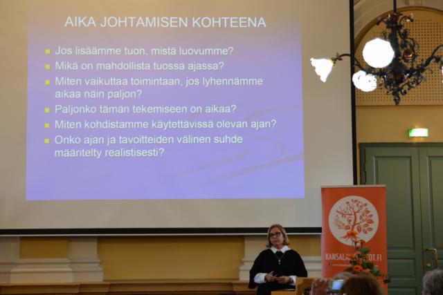 Vaasan yliopiston johtamisen professori Riitta Viitala puhui ajan vallasta työyhteisössä.
