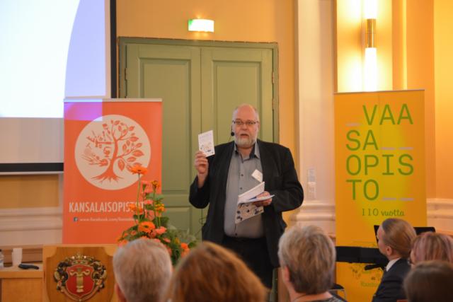 Opetusneuvos Pekka Iivonen Opetushallituksesta puhui varautumis- ja valmiussuunnittelusta.