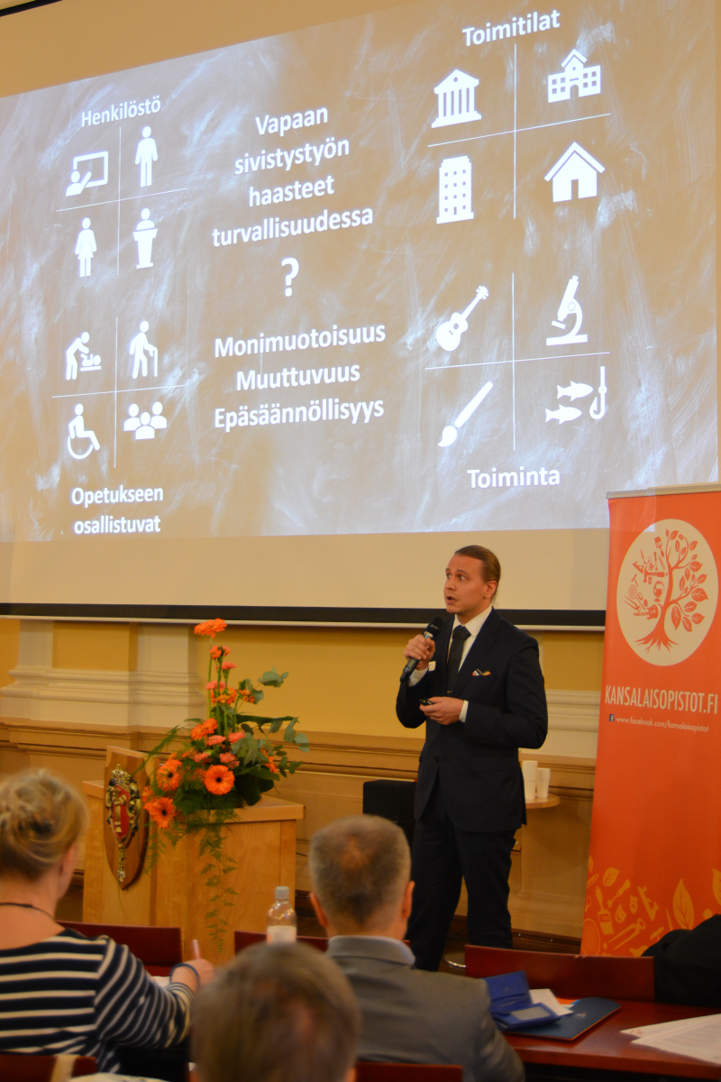Suomen Palopäällystöliiton koulutuspäällikkö Mikko Poutala herätteli ajatuksia vapaan sivistystyön turvallisuushaasteista.