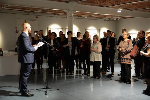 Kaupungin vastaanottoaa kaupungintalon taidehallissa isännöi kaupunginhallituksen puheenjohtaja Kim Berg.