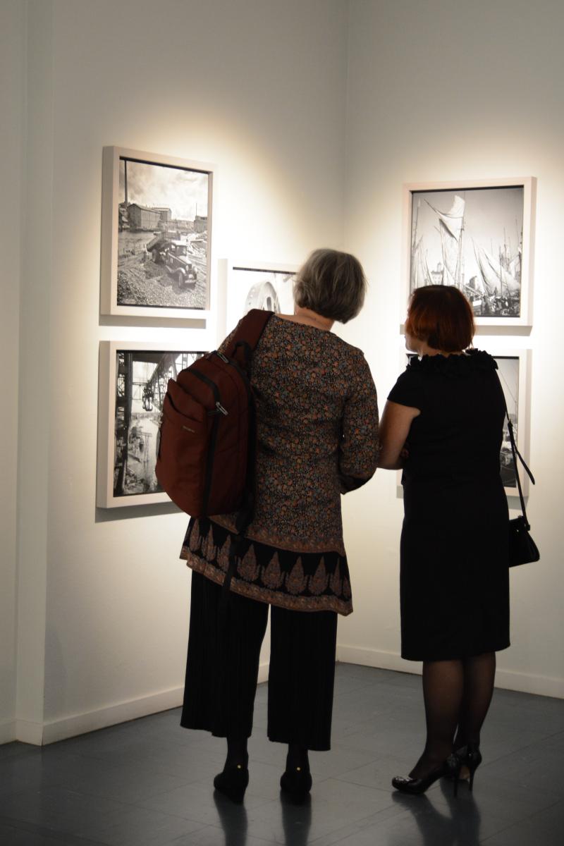 Kaupungin vastaanotolla kaupungintalon taidehallissa. Esillä oli Juhani Ahon poikien Heikki Ahon ja Björn Soldanin näyttely Kohteena Suomi – 3 x Aho & Soldan.
