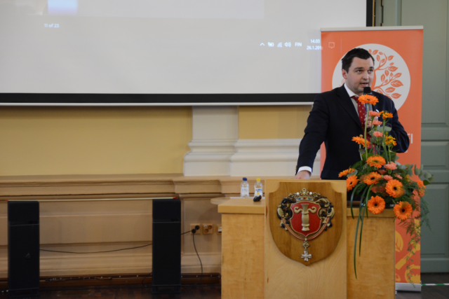 Vaasan kaupunginvaltuuston puheenjohtaja ja kansanedustaja Joakim Strand (r.) pistäytyi puhumassa seminaariväelle.