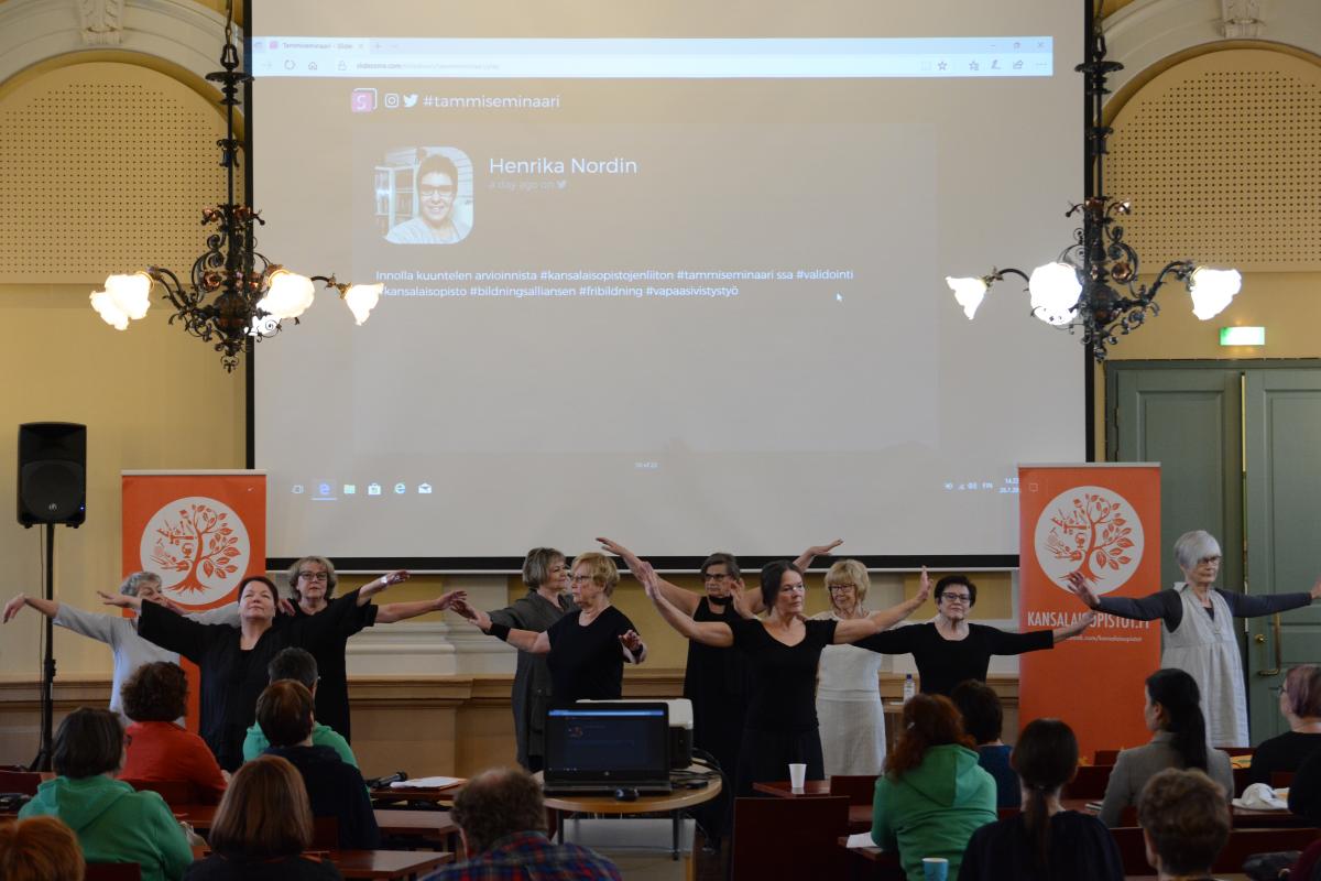Kaksipäiväisen seminaarin päätti esityksellään Vaasa-opiston Luovaa nykytanssia +65 -ryhmä.
